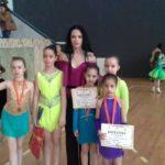 Crisan Ana-Maria cu sportivele de la fete solo - lectii de dans